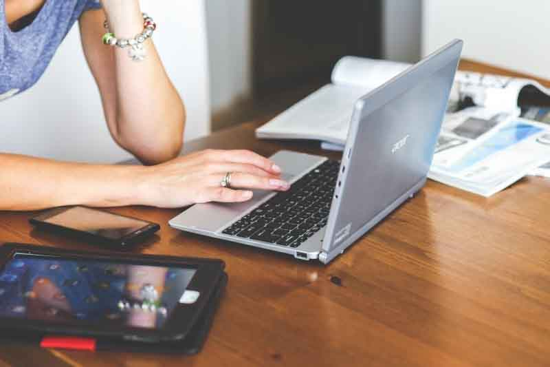 Persona trabajando en ordenador