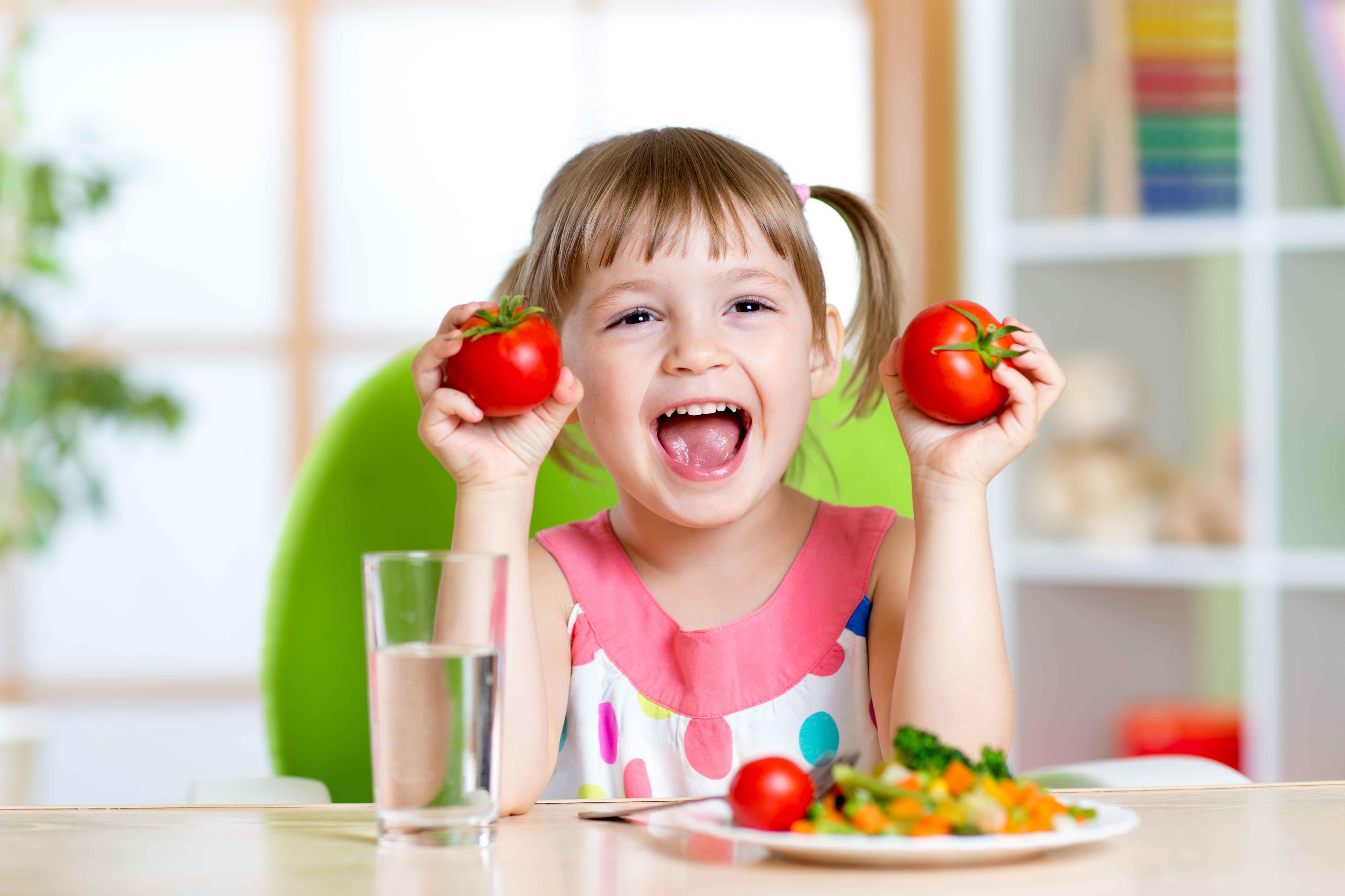 Niña comiendo comida saludable