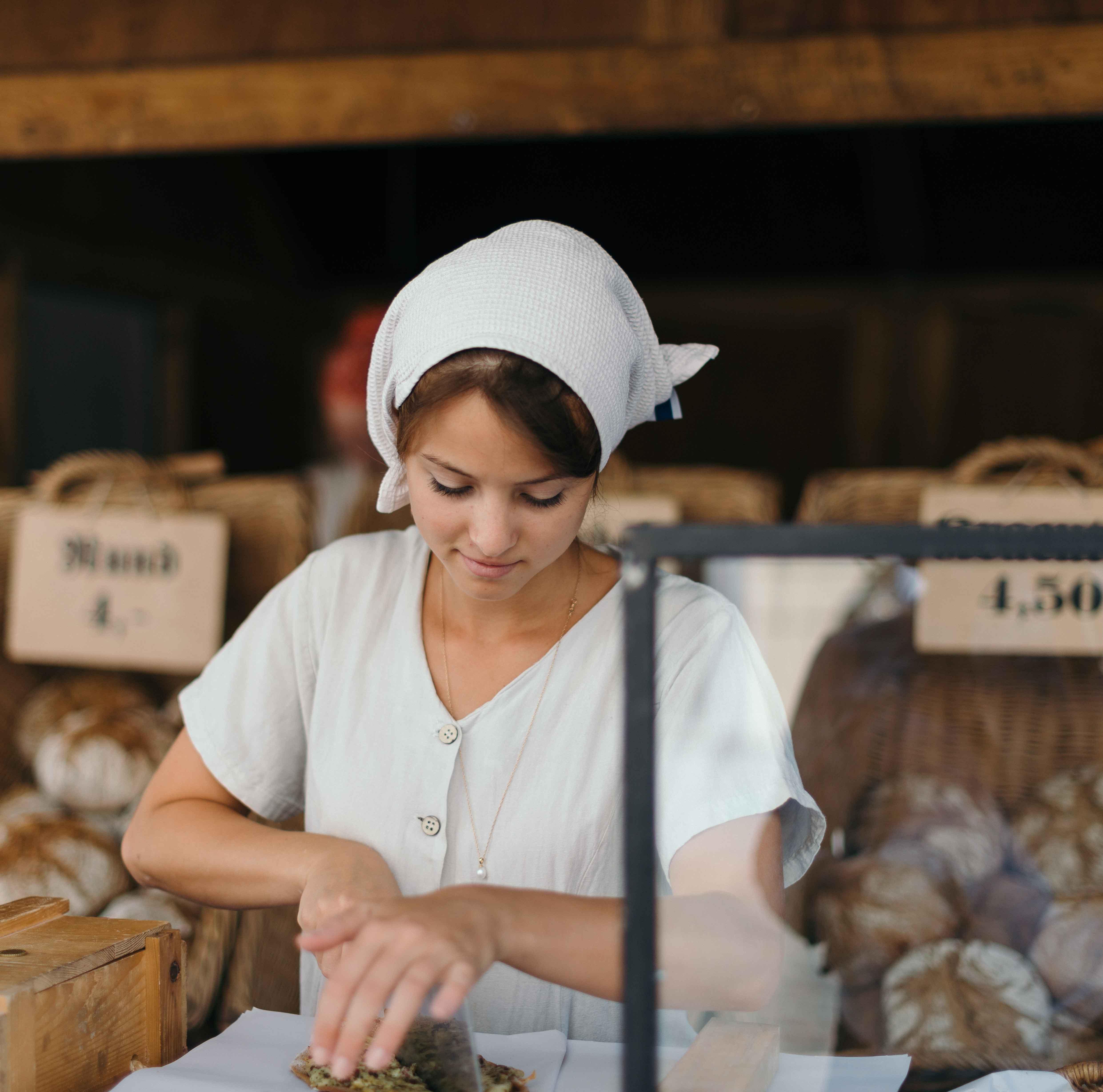 Chica en obrador de panadería