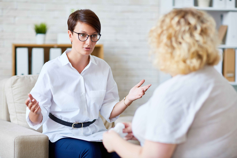 Chica charlando con mujer en consulta psiquiátrica