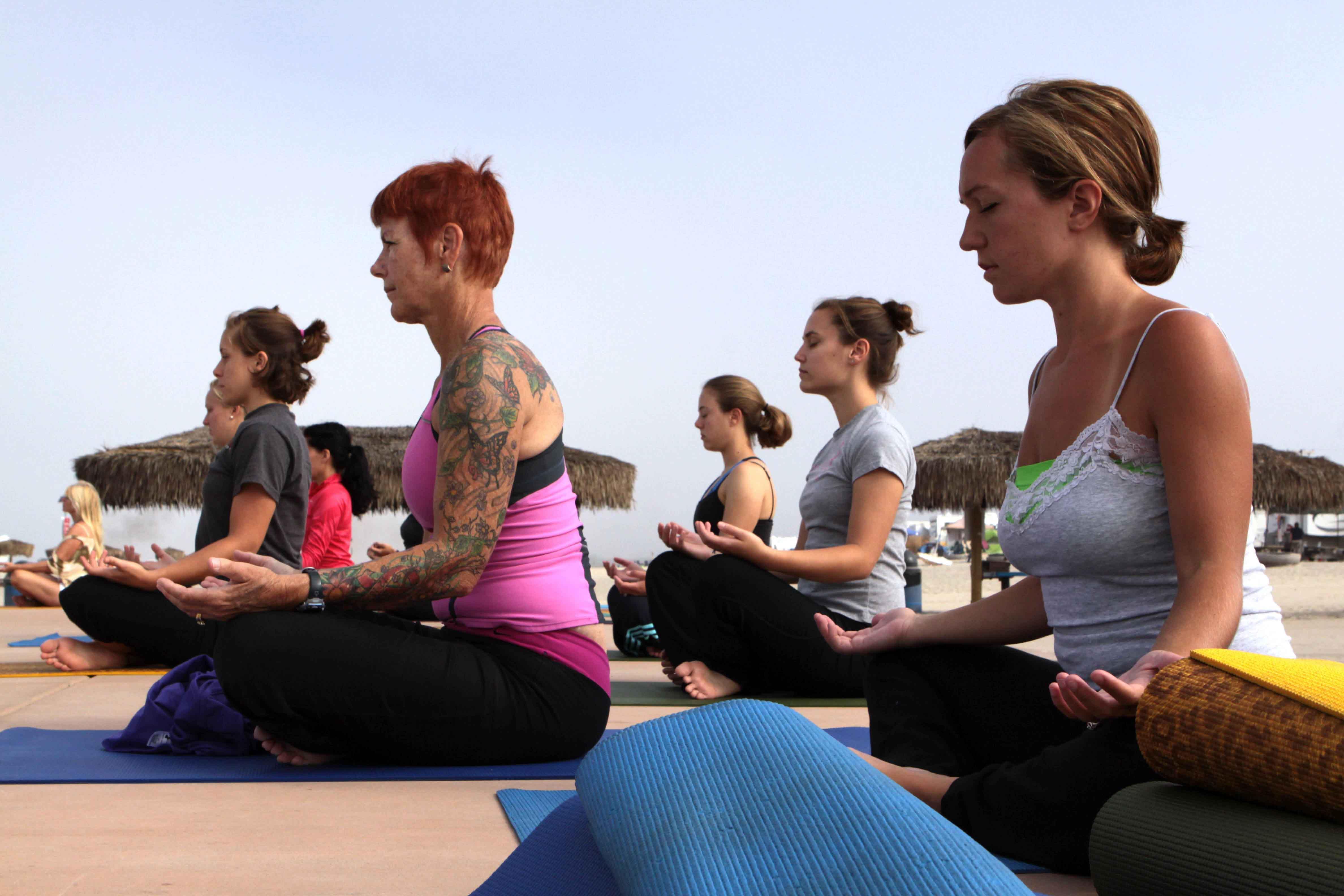 Mujeres practicando pilates al aire libre