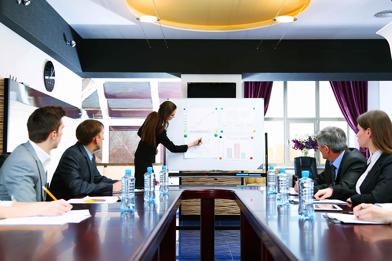 Sala de reuniones con gente