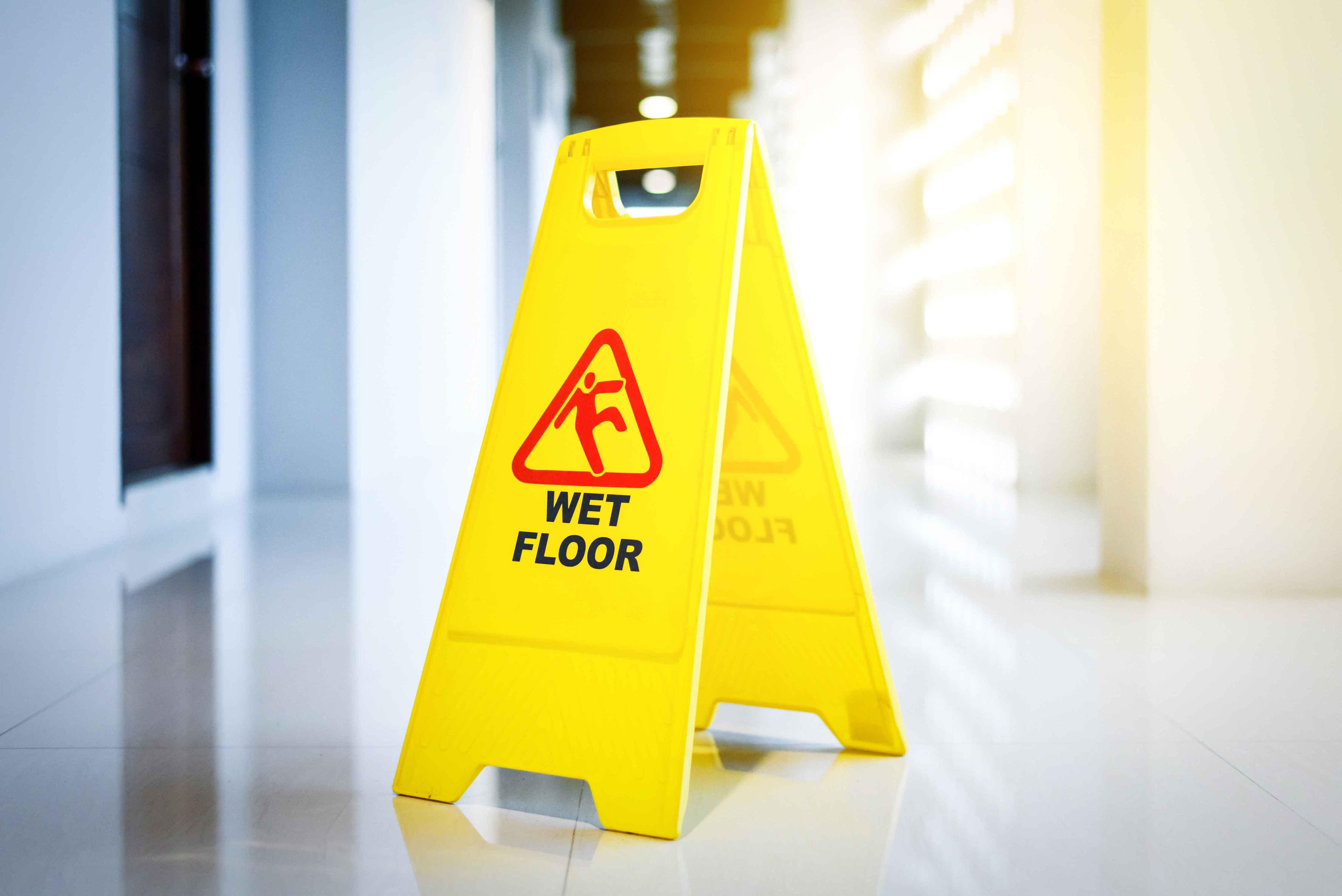 """Cartel de """"piso mojado"""""""