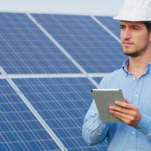 Técnico delante de placa solar