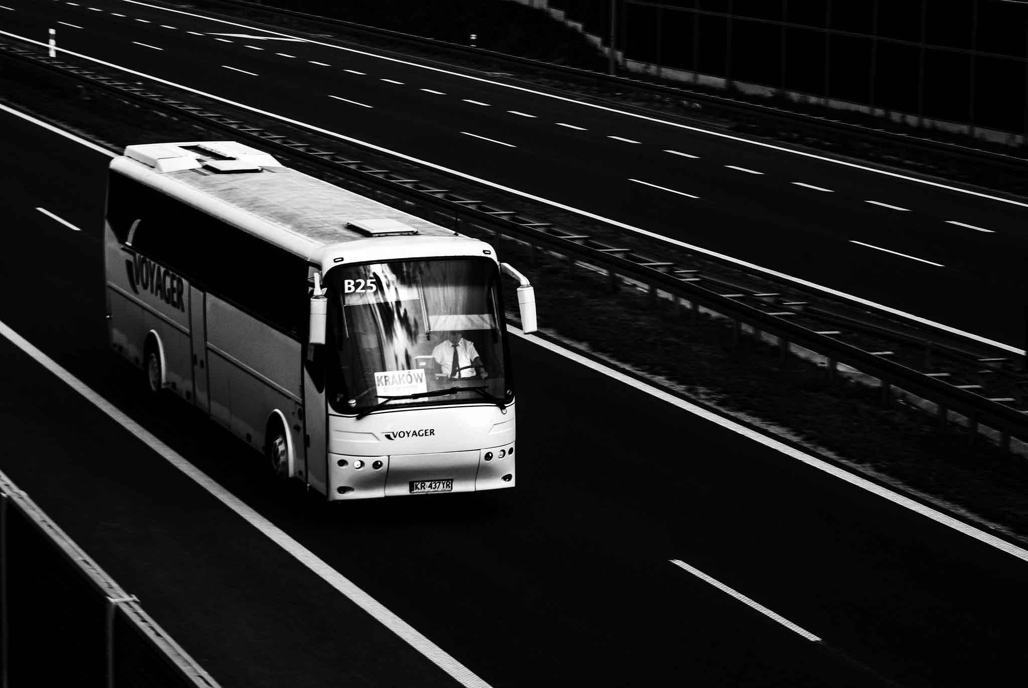 Autobus en blanco y negro circulando por autopista