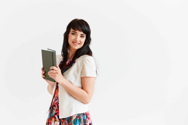 Chica con libreta para tomar notas