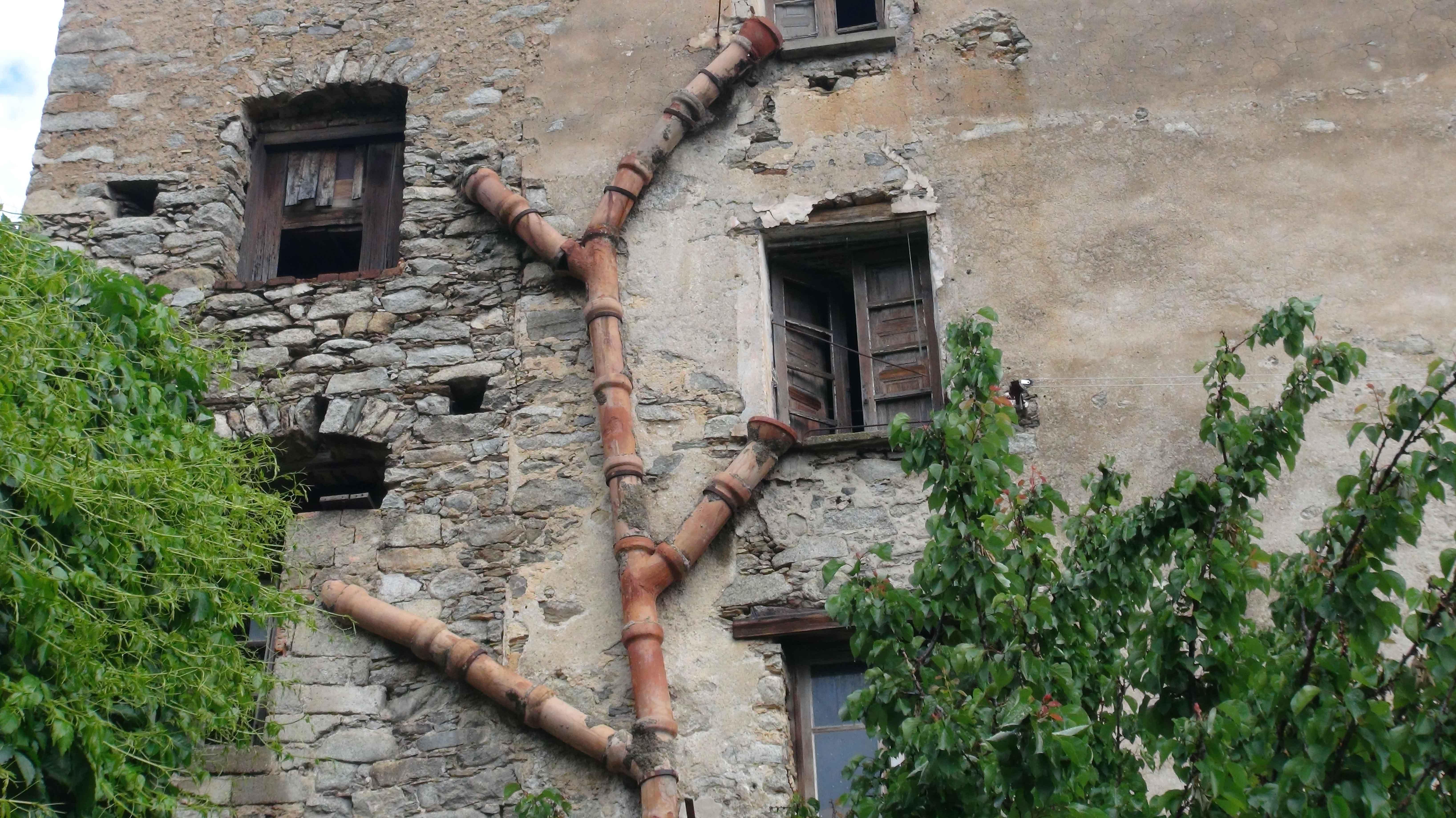 Fachada de casa con tuberías