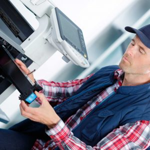Técnico reparando impresora