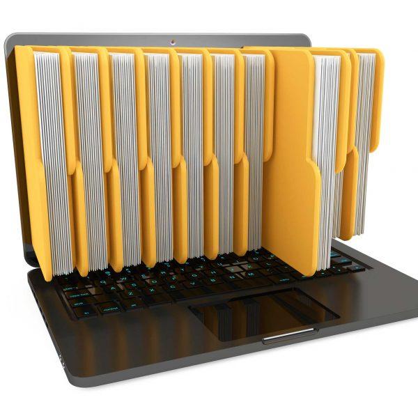 Ordenador con ficheros (montaje) saliendo de la pantalla