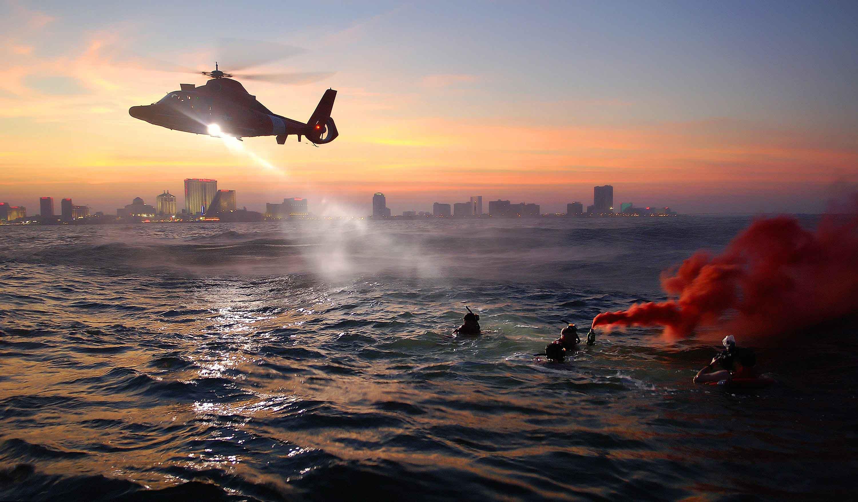 Helicóptero de rescate sobre mar