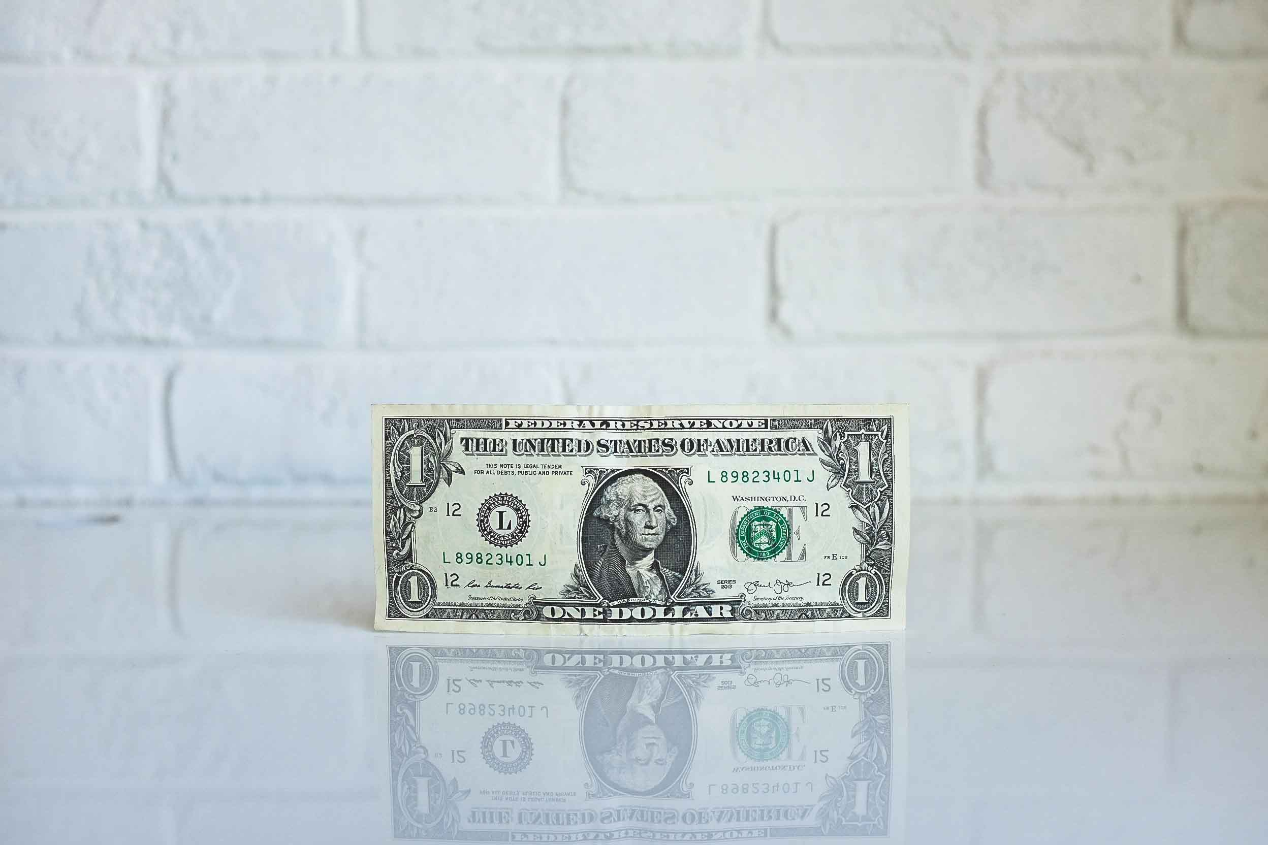 Billete de dólar sobre fondo blanco