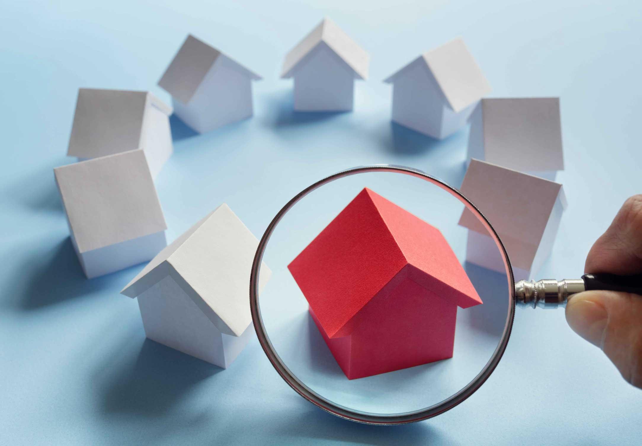 Gráfica de lupa sobre una casa roja