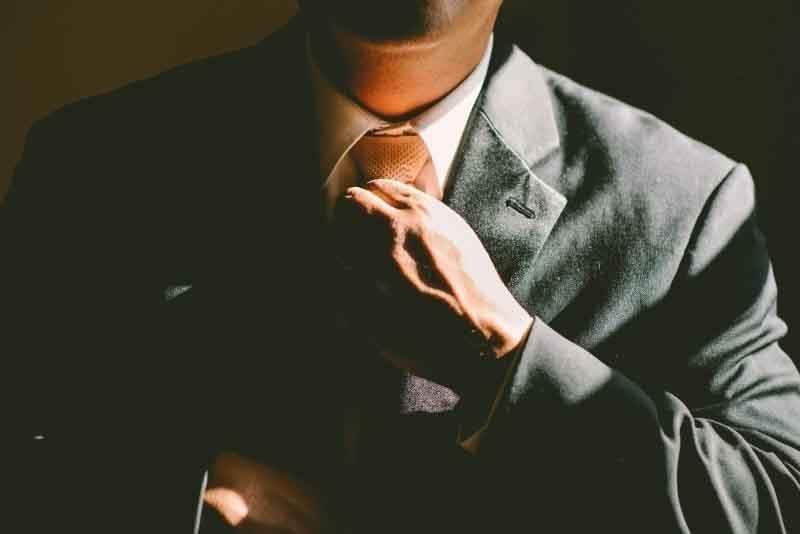 Ejecutivo ajustándose la corbata