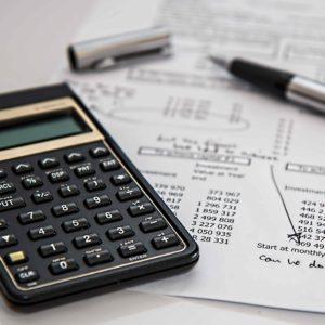 Calculadora y documentos con tablas de datos