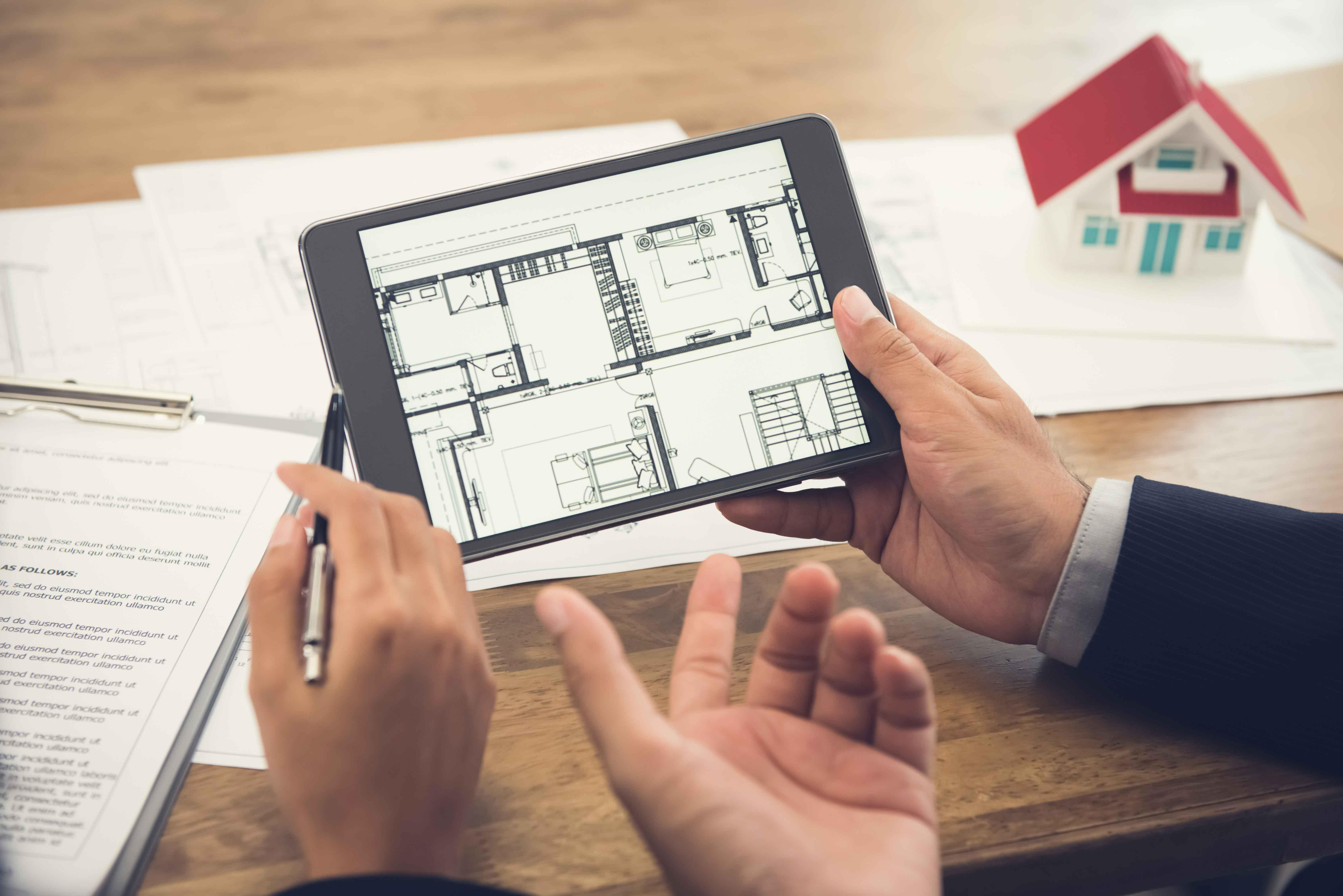Persona mirando planos de vivienda en tablet
