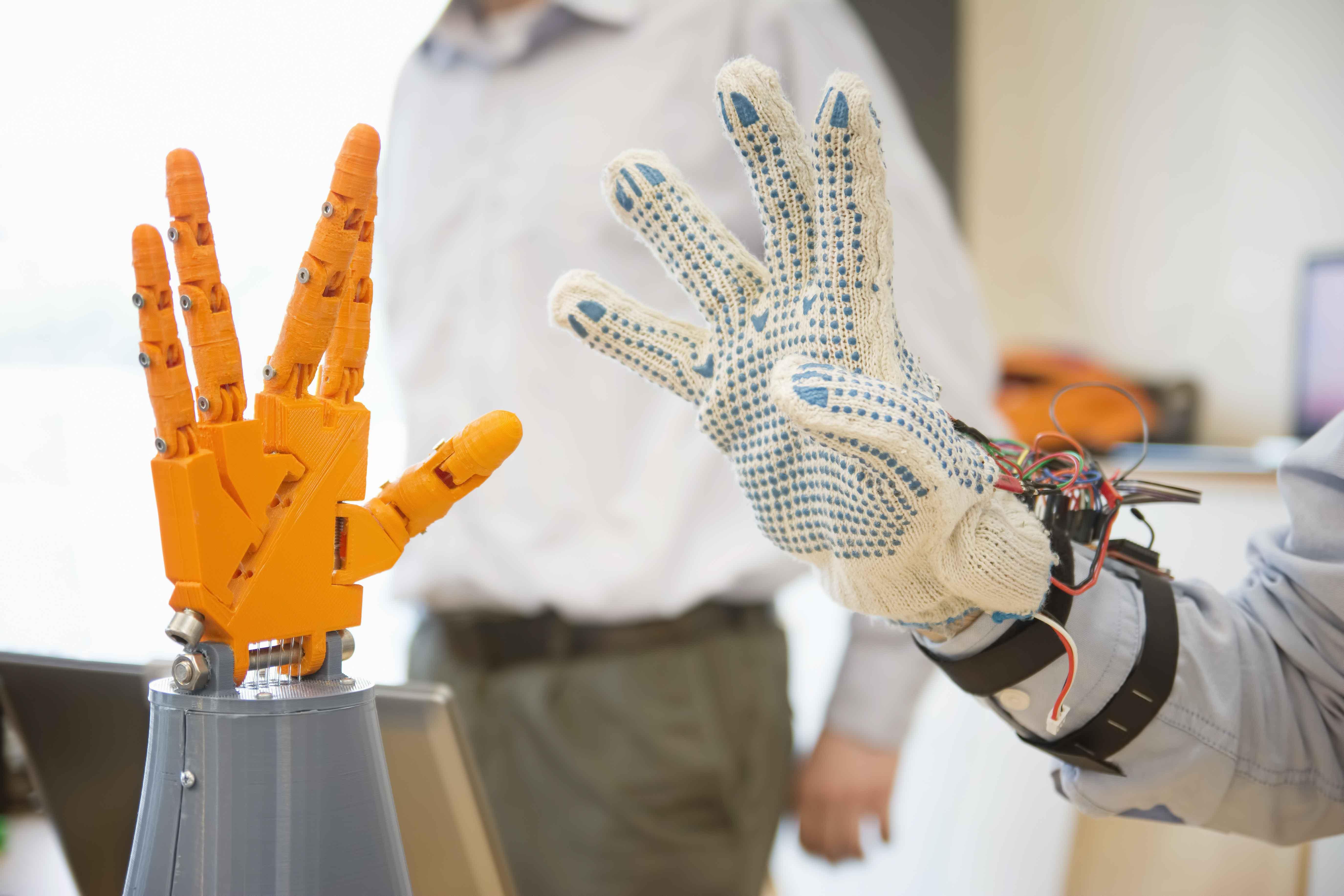 Mano robótica siendo probada en laboratorio
