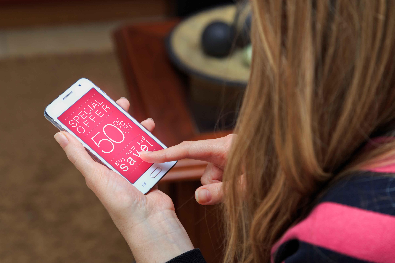 chica con ecommerce abierto en el navegador del móvil